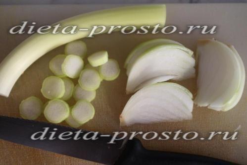 Тушкований зелений горошок з луком-пореєм